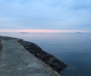 箕浦の夕日、霞たなびく空