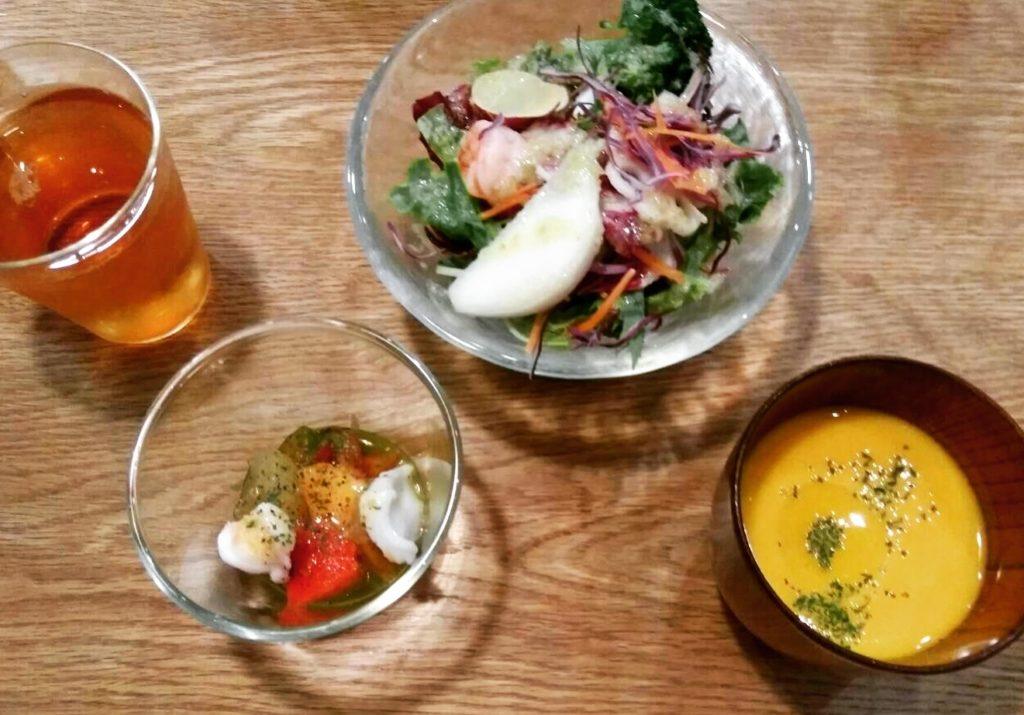 まちのシューレ963の晩ご飯のサラダとスープ