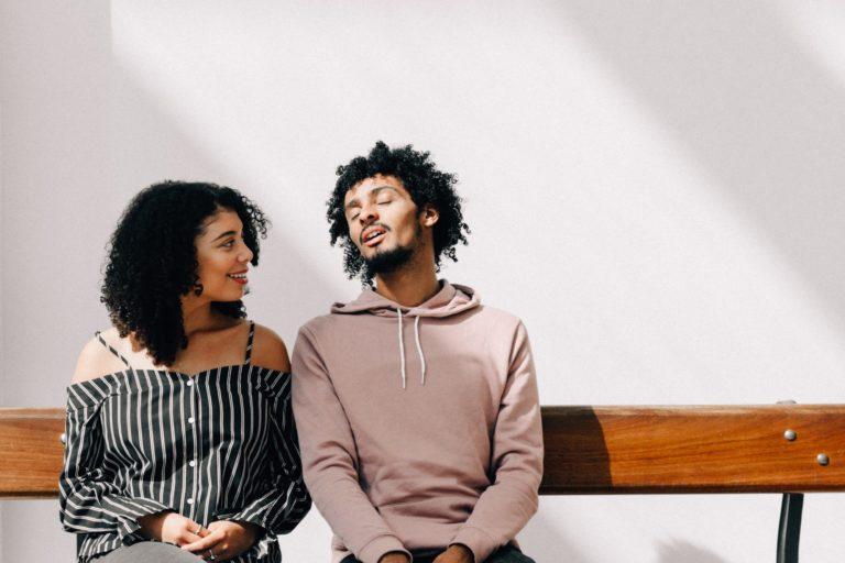 女性の話を聞く男性のカップル