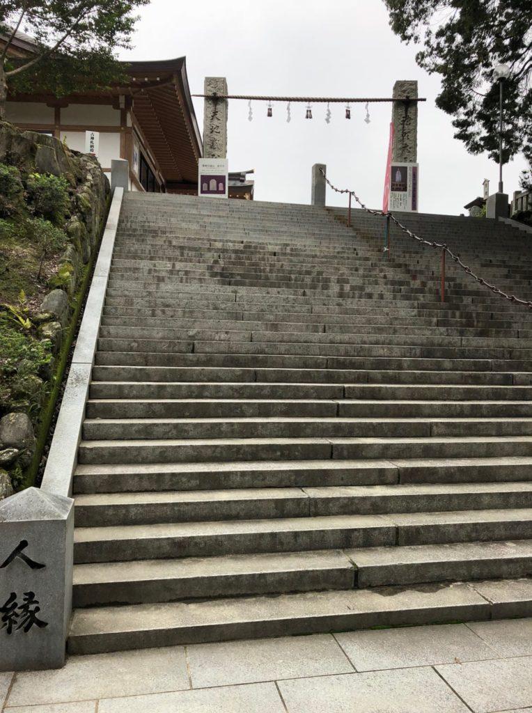 石鎚神社の本殿前の階段