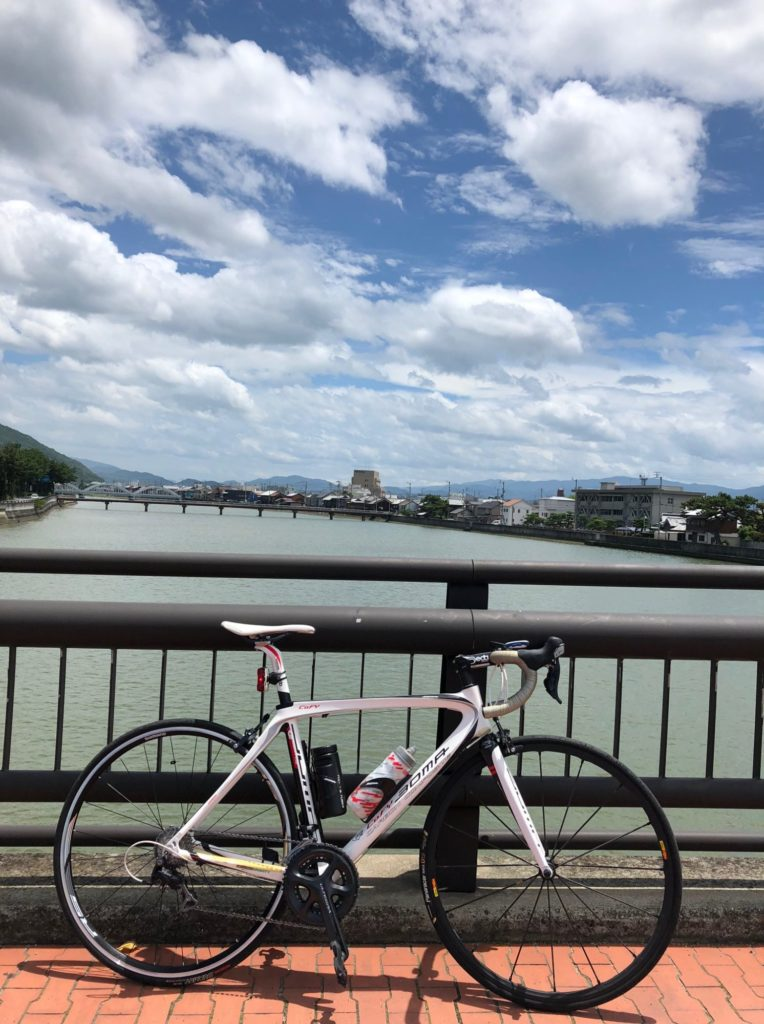 観音寺市財田川の河口で記念写真