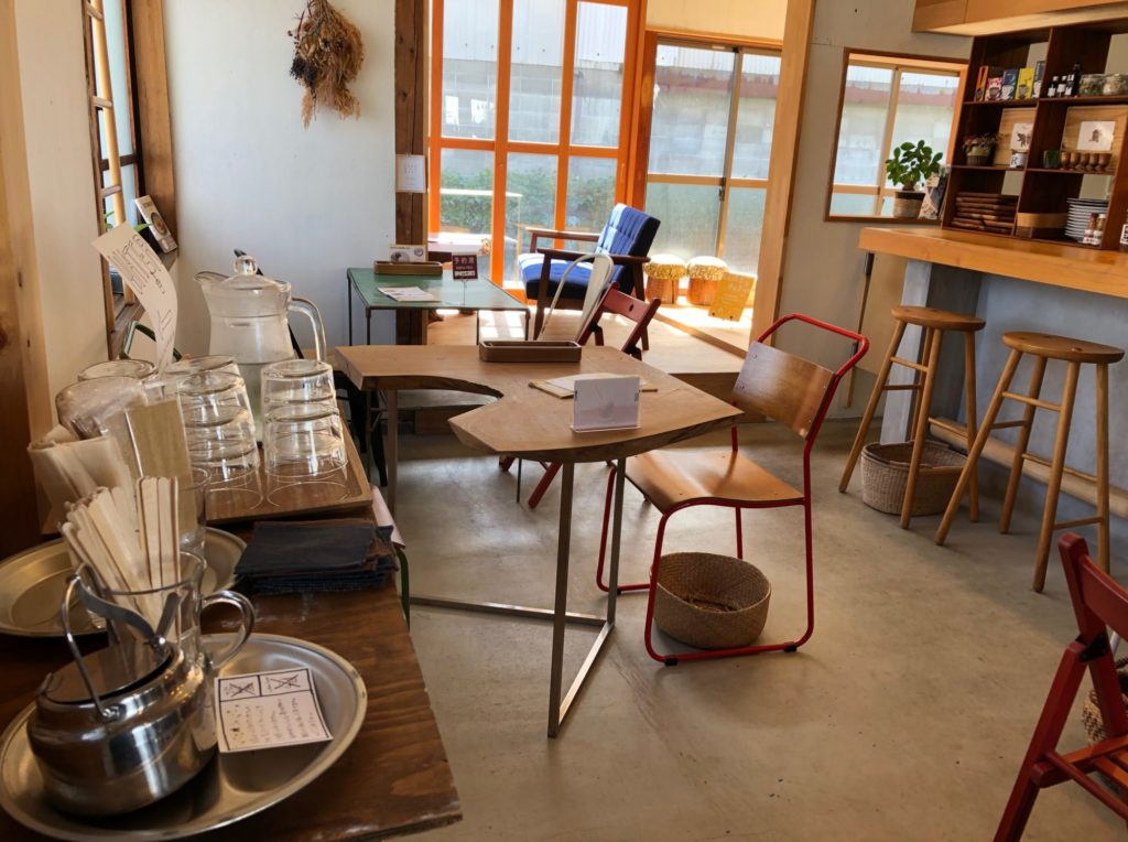 カフェにじのはしの店内スペース