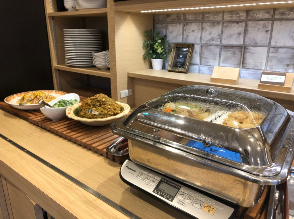 LOHAS赤坂の肉類と根菜の煮物たち