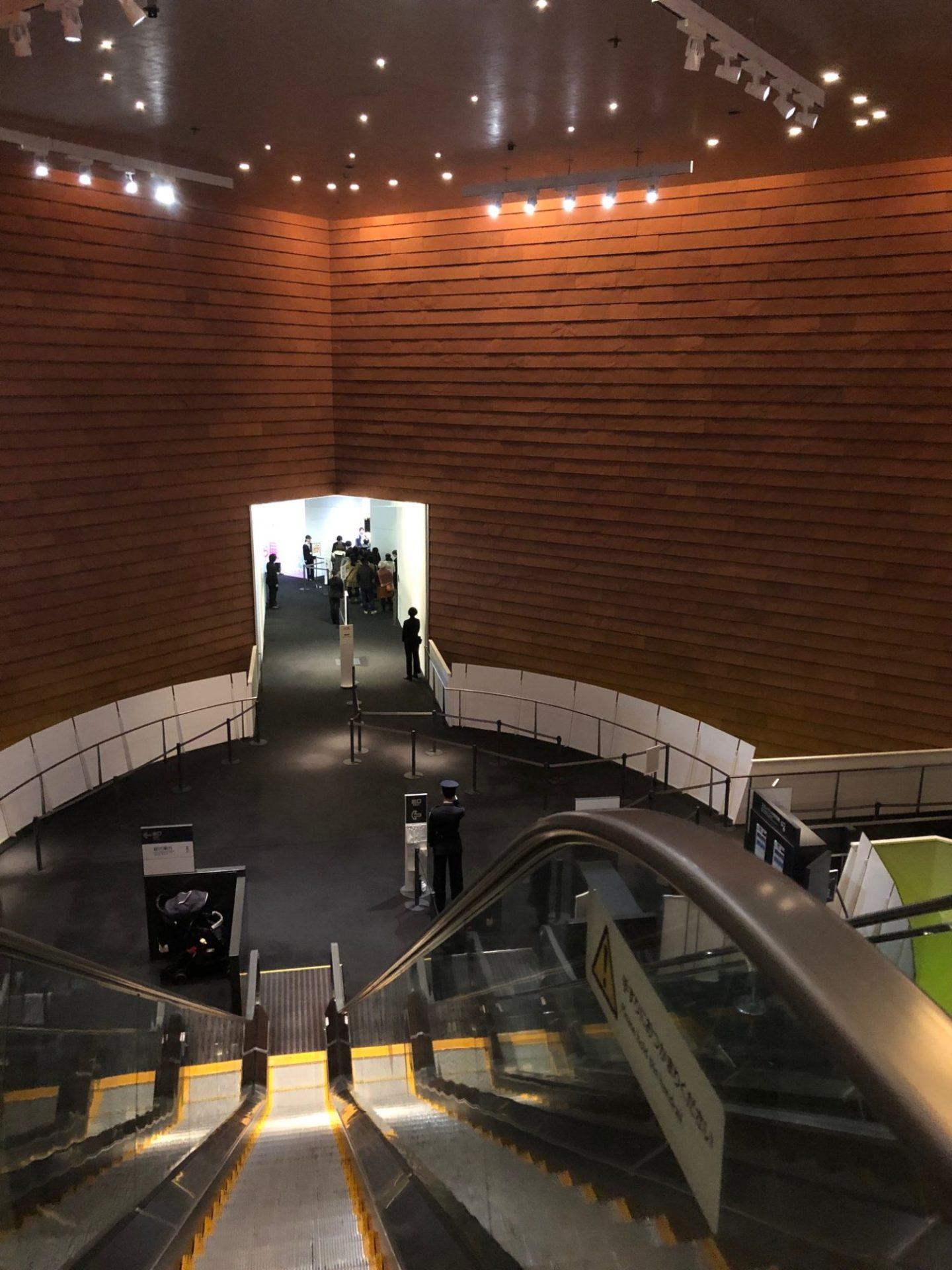 六本木ヒルズ 森美術館の下りエスカレーター