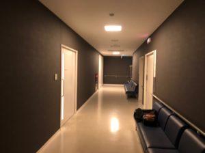 HITO病院の集中治療室の前の待合室