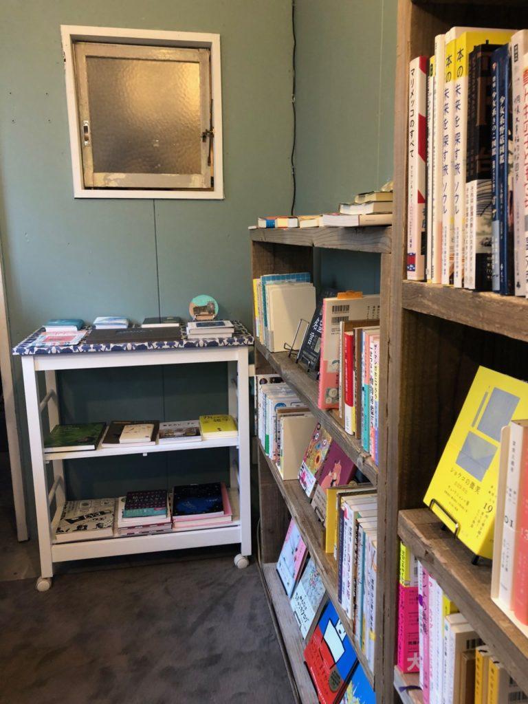 カフネブックスさんの手前側の本棚