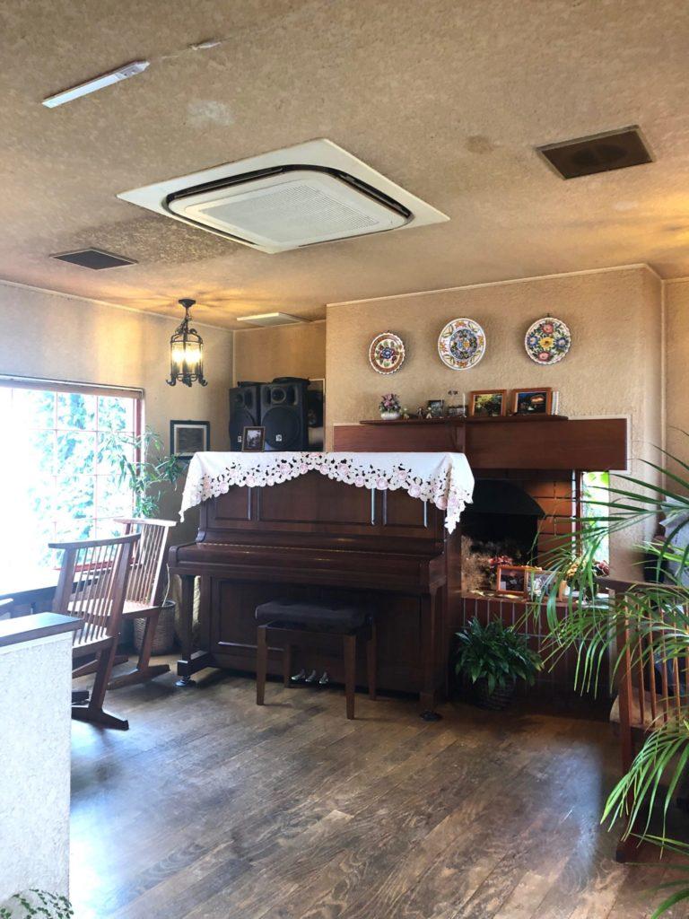 喫茶リバティーハウスのピアノ